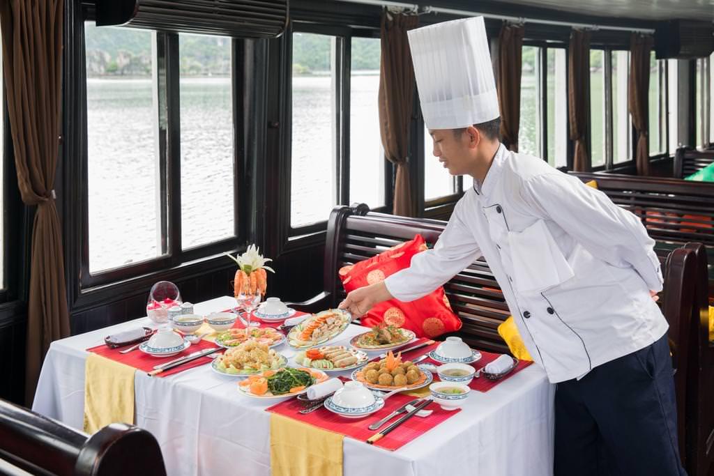 ăn trưa trên du thuyền Genesis