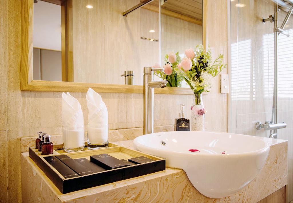 nhà tắm trên du thuyền Athena Elegance