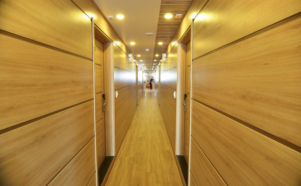 hành lang trên du thuyền Athena Elegance