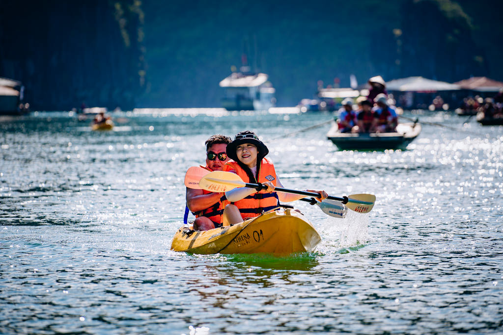 Chèo thuyền Kayak với du thuyền Athena Elegance
