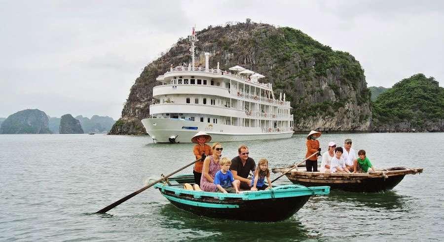 Chèo thuyền Kayak với du thuyền Âu Cơ