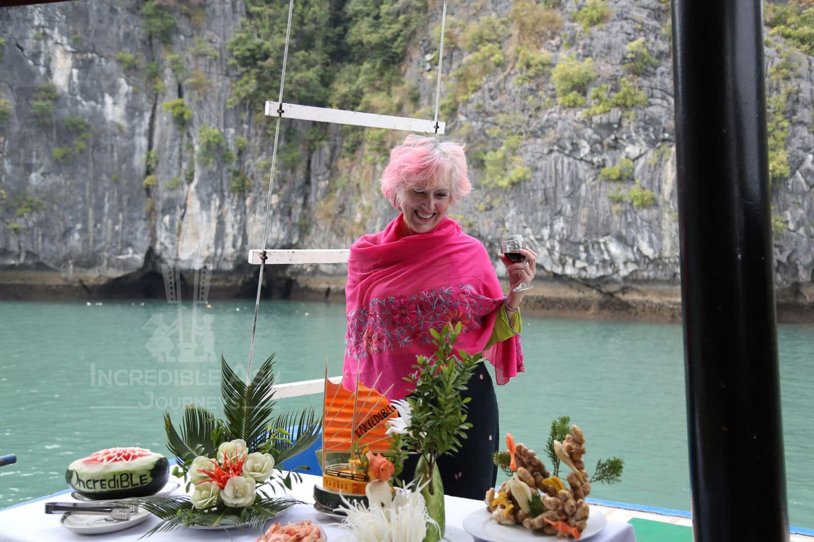 Nhà hàng du thuyền Incredible 2