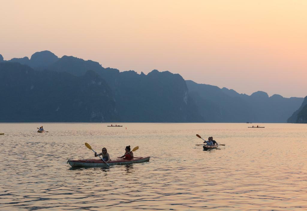 Chèo thuyền Kayak với du thuyền Athena