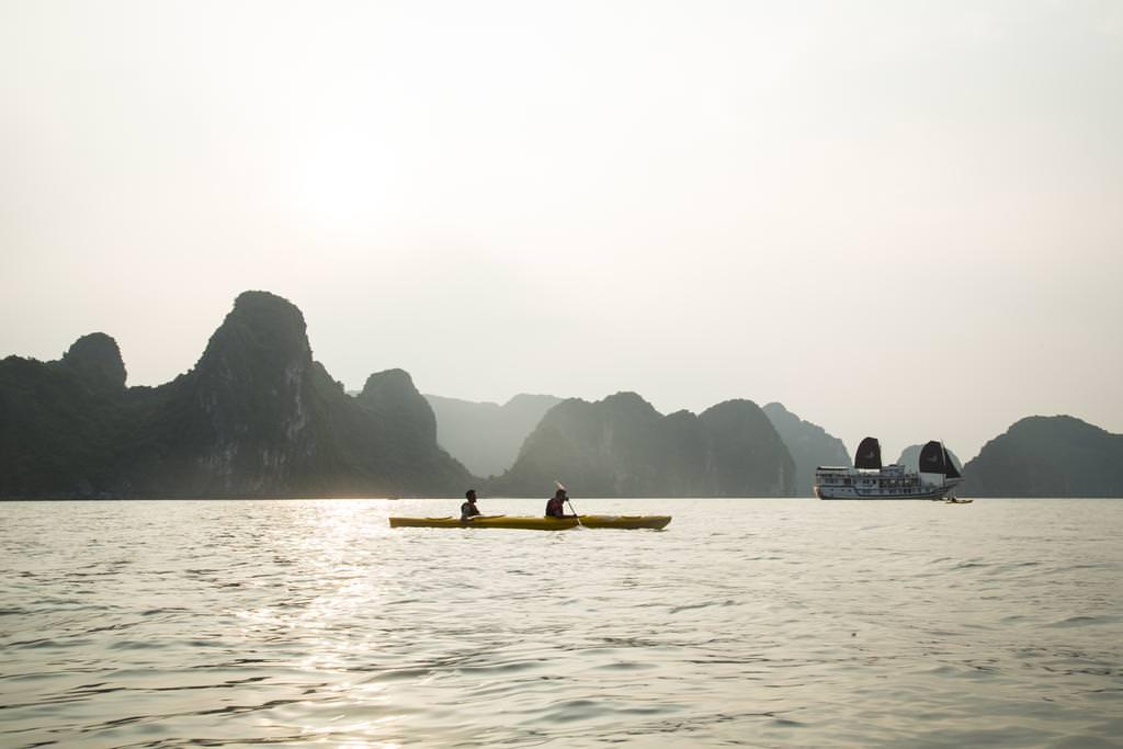 Chèo thuyền Kayak với du thuyền La Fairy