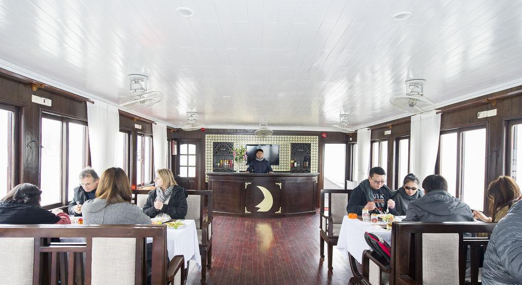 ăn trưa cùng du thuyền Phoenix 1 ngày