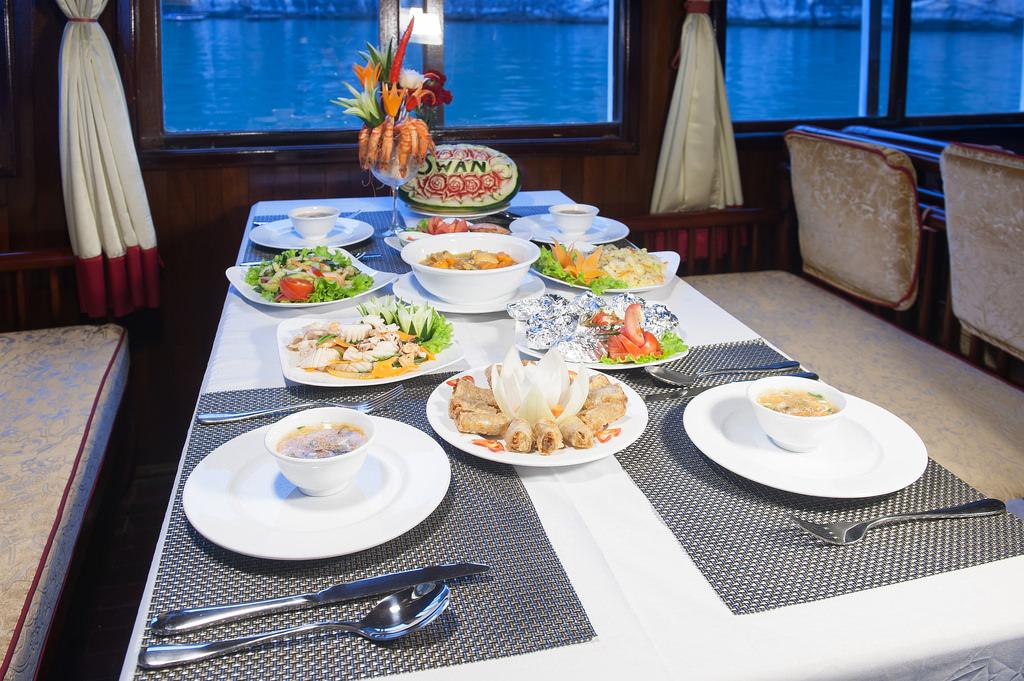 ăn trưa cùng du thuyền Swan 1 ngày