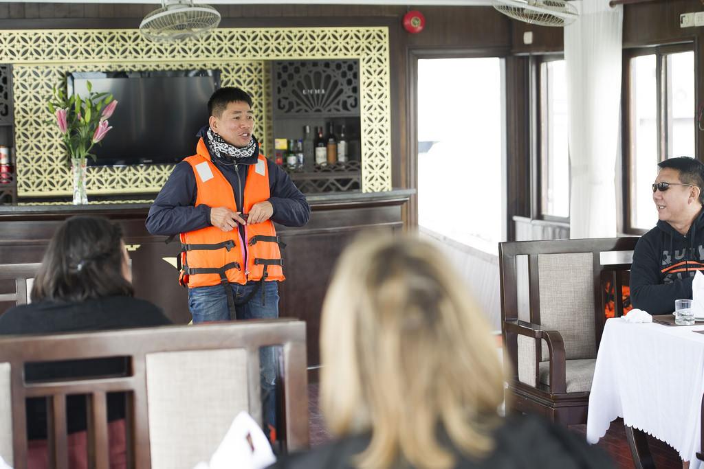 hướng dẫn an toàn trên du thuyền Phoenix 1 ngày