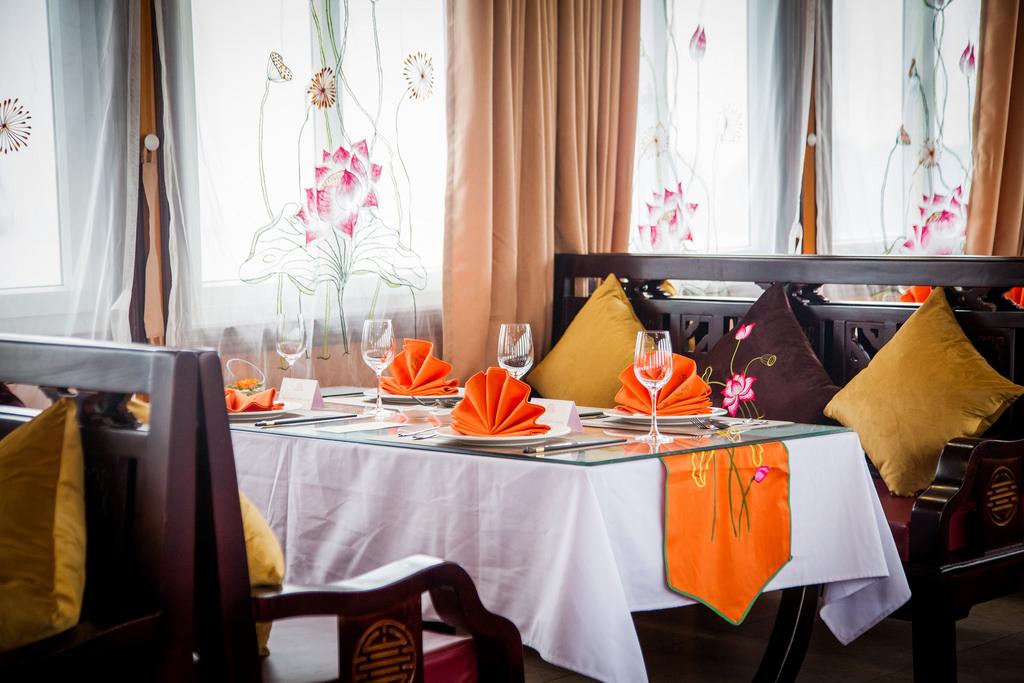 nhà hàng của du thuyền Athena 1 ngày