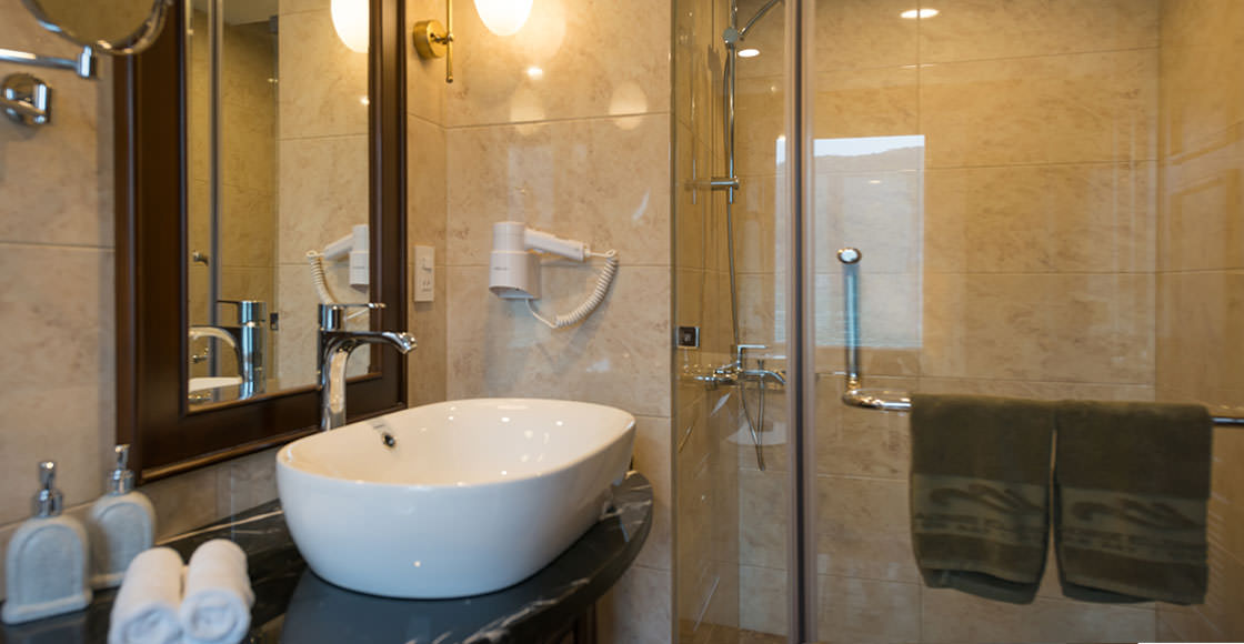 phòng tắm của du thuyền paradise elegance