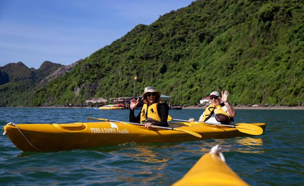 chèo kayak cùng du thuyền perla dawn
