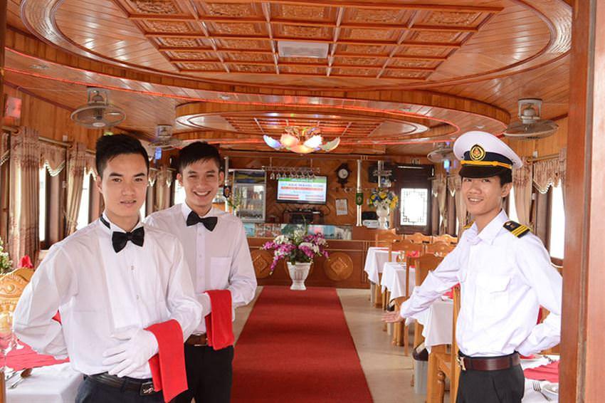 Phục vụ trên du thuyền Alova 1 ngày