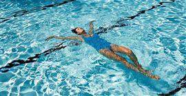 Làm gì khi bị chuột rút khi bơi?